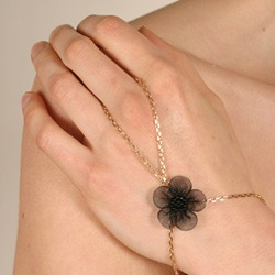 chm16 0 bijou main fleur noire.jpg