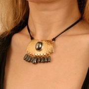 pen18 3 collier or pierre sacree.jpg