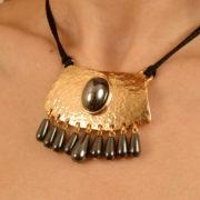 pen18 5 collier or pierre sacree.jpg