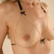 joya-sosten-senos-desnudos-cadenas-saten-rhinestone