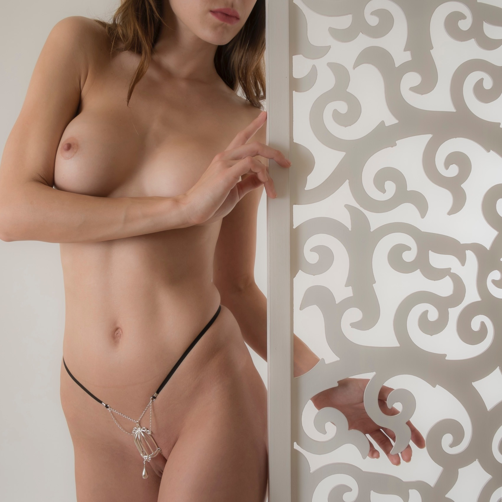 """The pleasure in cage"" clitoris G-string silver · """