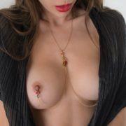 bijou-intime-seins-nus-collier-or-rouge