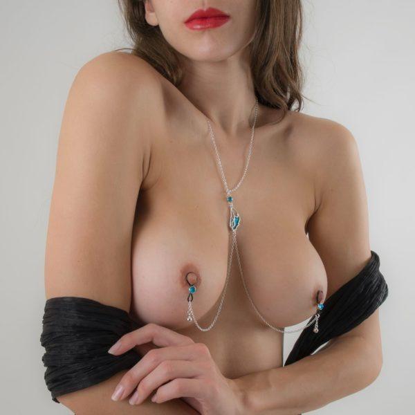 bijou-erotique-seins-nus-collier-argent-bleu